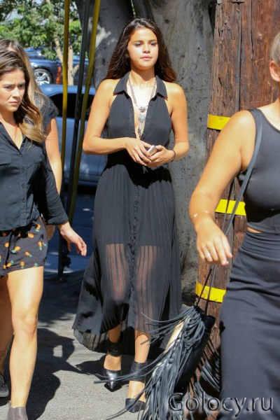 Selena Gomez loses her shades