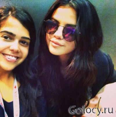 Selena Gomez сфотографировалась с фанатом в аэропорту